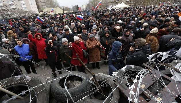 Barricada de los prorrusos ante el edificio del Ministerio del Interior en Donetsk.