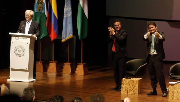 El director ejecutivo de ONU-Hábitat y director del VII Foro Urbano Mundial, Joan Clos (izda.), habla junto al alcalde de Medellín, Ánibal Gaviria (centro), y al ministro de Vivienda de Colombia, Luis Felipe Henaro (dcha), durante la clausura del foro