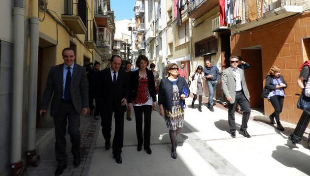 En la calle Méndez Núñez, y desde la izda.: el consejero José Javier Esparza; el presidente de Mairaga, Patxi Irízar: la presidenta Yolanda Barcina; y la alcaldesa de Peralta, Mª Jose Vidorreta
