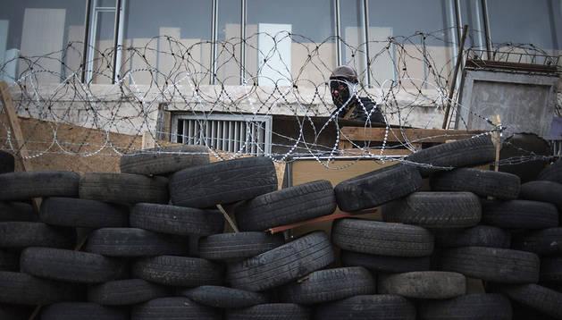 Un manifestante prorruso  vigila las inmediaciones del edificio de la administración regional ocupado en Donetsk