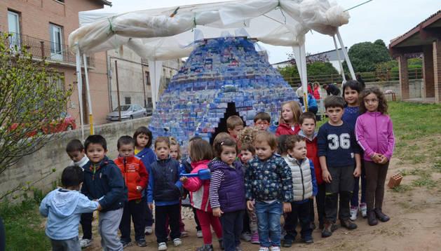 Niños que participaron el pasado sábado en la actividad delante de su cabaña