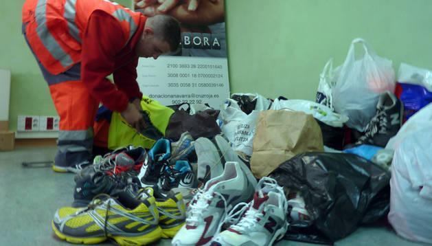 El voluntario Jon Ciria, con algunas de las donaciones