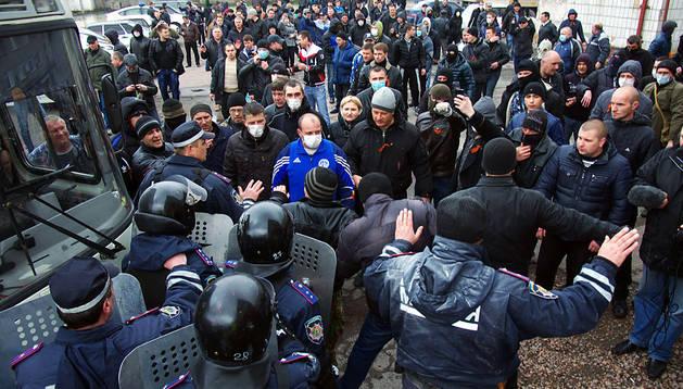 La policía intenta parar a los activistas prorrusos en Górlovka