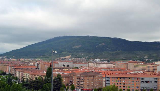 El barrio de la Rochapea, bajo un denso manto de nubes
