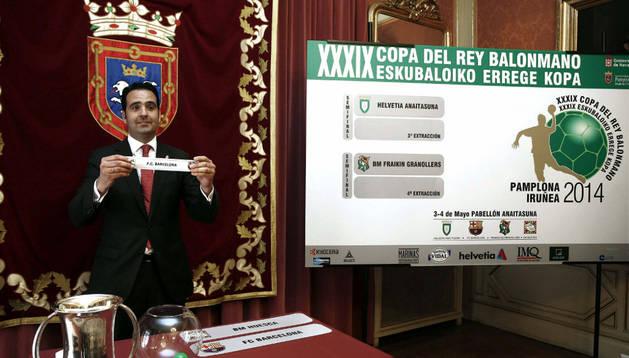 El consejero de Políticas Sociales del Gobierno de Navarra, Íñigo Alli, muestra el papel con el nombre del Barcelona que se enfrentará al Helvetia Anaitasuna en la primera semifinal de la fase final de la Copa del Rey de Balonmano.