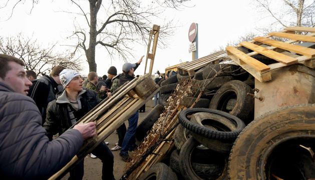 Protestantes prorrusos construyen una barricada a la entrada de una base aérea en Kramatorsk (Ucrania).