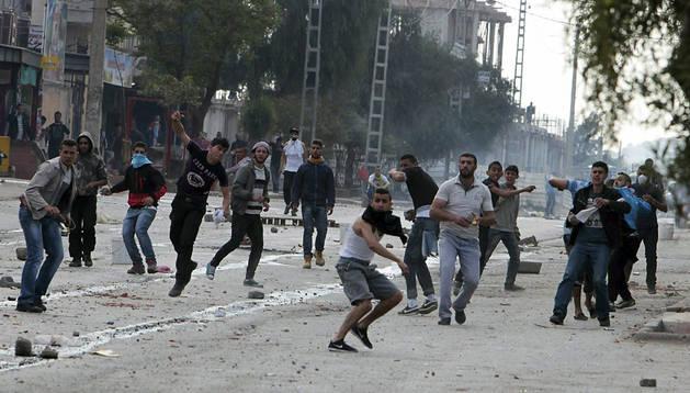 Manifestantes contrarios a las elecciones lanzan piedras a la policía en Argelia