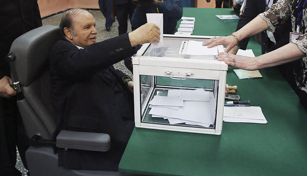 Bouteflika deposita su voto.