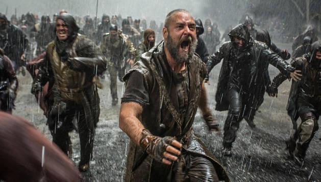 Russell Crowe, como Noé, cuando comienza el Diluvio Universal.