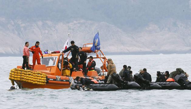 Buzos de la Unidad de Rescate de la Armada surcoreana trabajan en el rescate de víctimas del Sewol