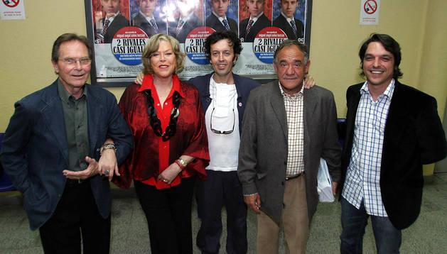 Craig Hill (izda.) junto a Teresa Gimpera, Miguel Ángel Calvo Buttini, Paco Algora, y Rafael Reaño en Tudela, con motivo del estreno de '2 rivales casi iguales'