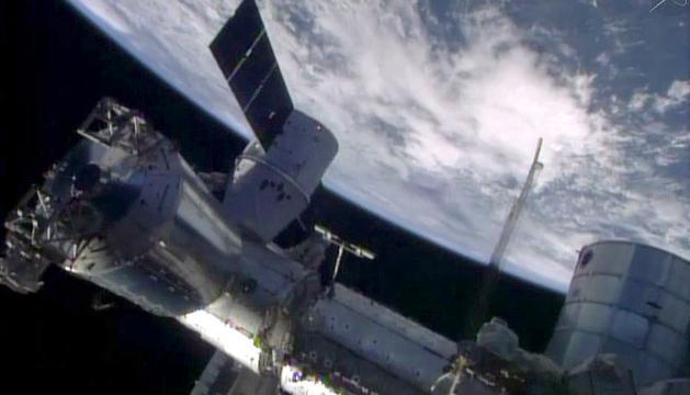 Imagen de la NASA de una aeronave espacial frente a la Tierra