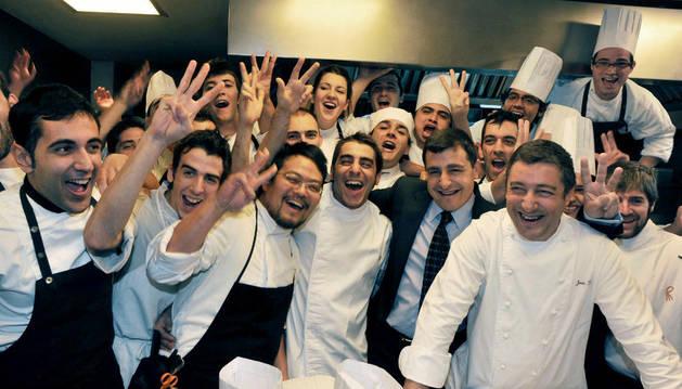 El cocinero Joan Roca (dcha), junto a sus hermanos, el sumiller Josep Roca (2 dcha) y el repostero Jordi Roca (3 dcha), al frente de su equipo en la cocina de su restaurante, El Celler de Can Roca