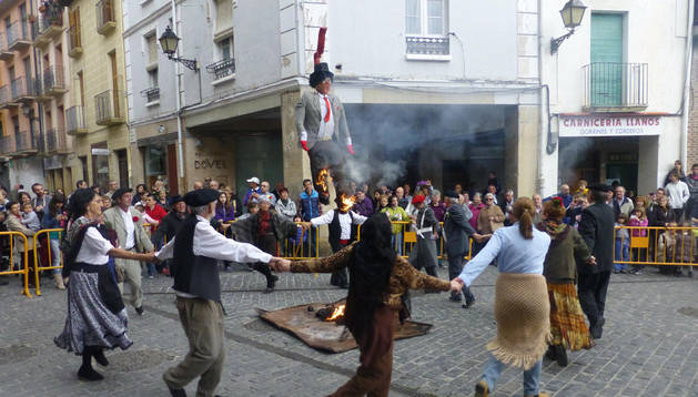 El muñeco arde en la plaza de Santiago mientras se baila alrededor de la hoguera. m. martínez de eulate