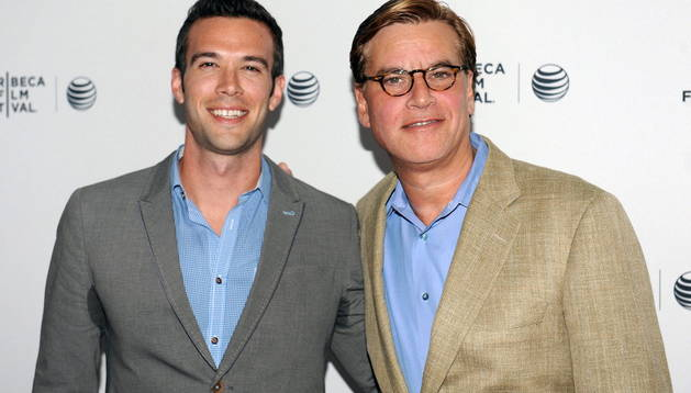 El guionista estadounidense Aaron Sorkin (i) y el exdirector de discursos de Barack Obama, Jon Favreau, en el Festival de Cine de Tribeca