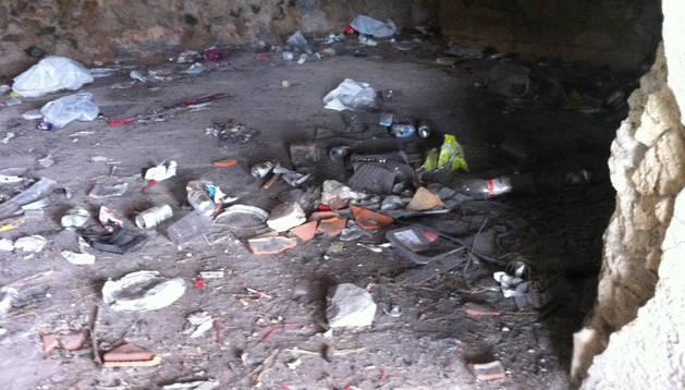 Detalle de la basura acumulada en el interior de la ermita. DN