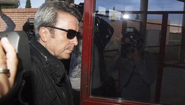 El torero José Ortega Cano (izda.) en el momento de entrar en la prisión de Zuera (Zaragoza)