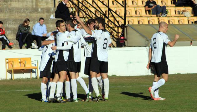 Los jugadores del Tudelano celebran un gol en un partido disputado en el Ciudad de Tudela.  LUIS MIGUEL CHAVERRI