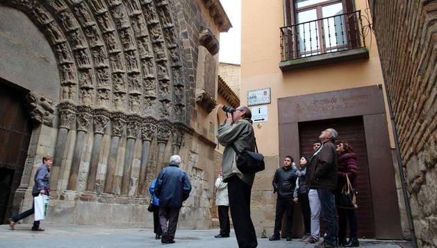 Un grupo de turistas contempla la Puerta del Juicio, entrada principal a la Catedral de Tudela. carasusán