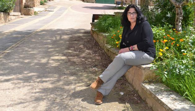 La poeta y escritora Carmen Puerta Extremera posa sentada en uno de los puntos de la calle Mayor