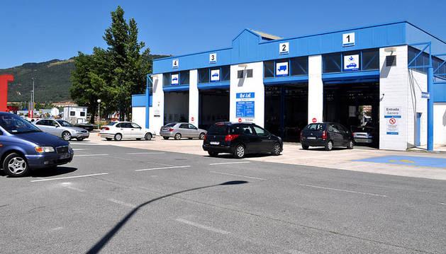 Unos vehículos en las instalaciones de la ITV de Pamplona