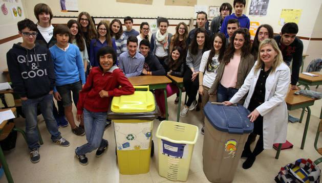 Varios alumnos del colegio Jesuitas de Tudela posan en el interior de un aula con varios contenedores de basura y junto a su profesora Maite Bordonaba Martínez -a la derecha-