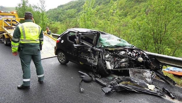 Momento en el que la grúa retira el vehículo de la joven accidentado, ayer en la N-121-A en término de Baztan