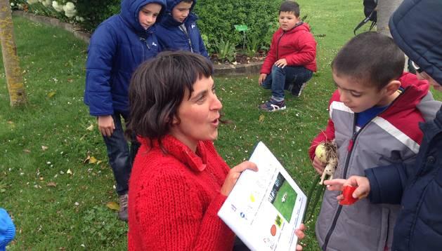 Un grupo de niños observa la guía editada en formato cuento