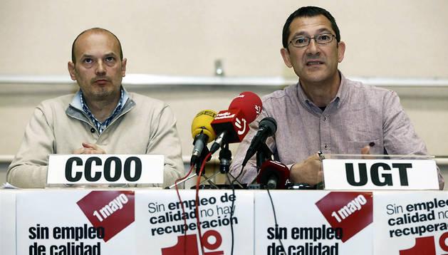 Los secretarios generales de UGT y CC OO en Navarra, Javier Lecumberri (d) y Raúl Villar, respectivamente, durante la rueda de prensa de este viernes