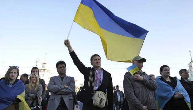 Varios proucranianos participan en una manifestación en Lugansk, Ucrania
