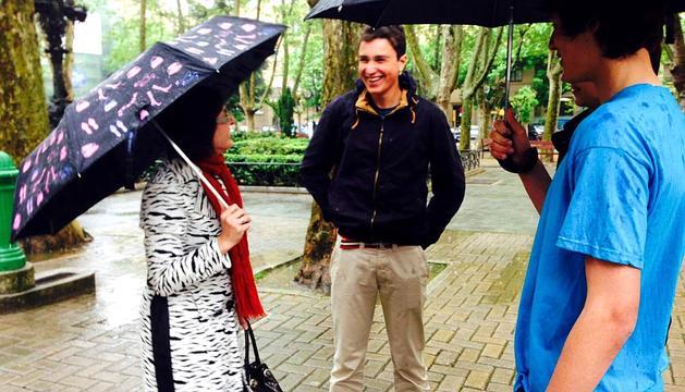 El equipo que participa en el concurso, con Isabel Rico durante la entrevista.