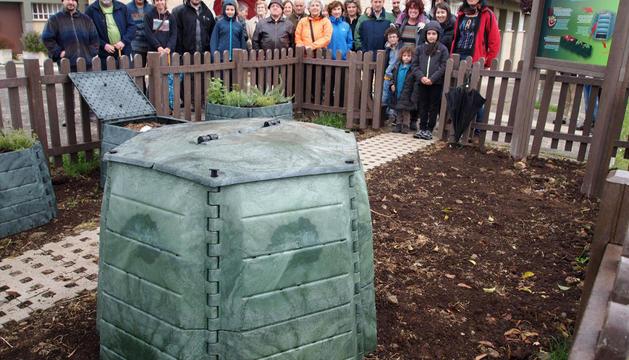 Familias de Urroz-Villa participantes en este primer proyecto de compostaje comunitario en la zona.