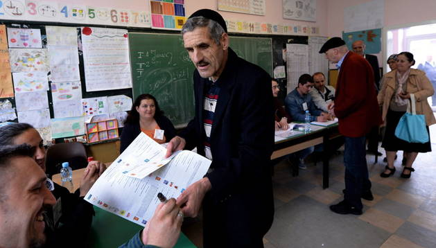 Los macedonios acuden a votar en los dobles comicios, los legislativos y la segunda ronda de las presidenciales.