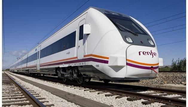 Un tren circula por la vía
