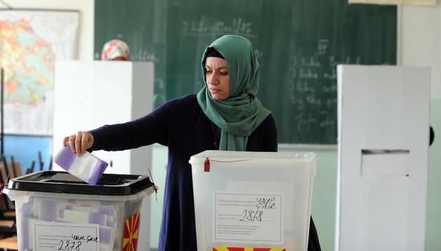 Una mujer vota en las elecciones de Macedonia