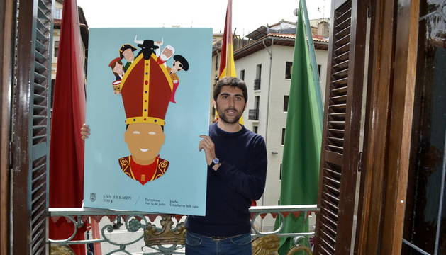 El autor, Ignacio Doménech Payá, junto al cartel ganador