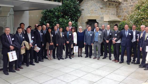 La vicepresidenta Goicoechea y el embajador Bangzao, en el centro, junto con empresarios navarros y chinos. DN.ES