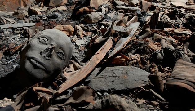 Restos momificados entre fragmentos de telas y sarcófagos, en el interior una tumba recién descubierta en el Valle de los Reyes en Luxor, Egipto