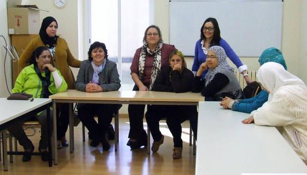 Parte de las asistentes al curso con integrantes de la asociación.