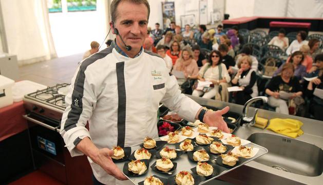 José Mari Jiménez Cambra muestra una de las recetas.