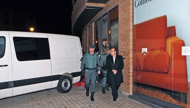 Iñaki Gil, detenido por agentes de la Guardia Civil, durante el registro de la sede de Asfi