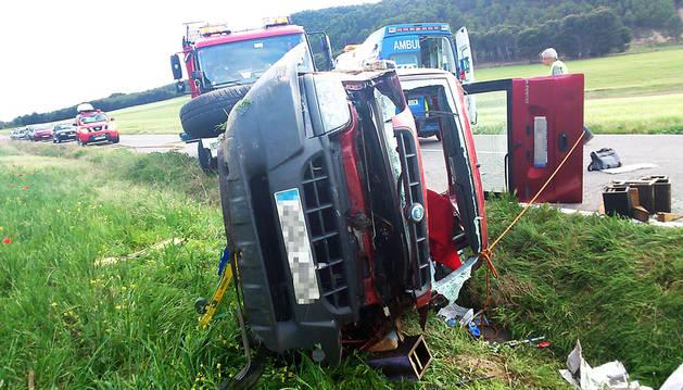 Estado en el que quedó la furgoneta tras salirse de la calzada y volcar
