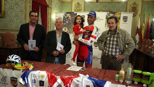 De izquierda a derecha: Juan Antonio Martínez, Jesús Álava, Tito Espada con Alexia, y Gonzalo Haccart. Nuria G. Landa