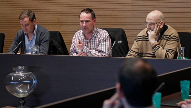 Patxi Unzué y Xabier Lasa (NB) y el secretario de Berriozar. Archivo