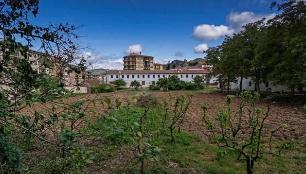 En primer término, las huertas de capuchinos que ahora volverán a ser cultivadas. Al fondo, el edificio del convento que será albergue de peregrinos con algo más de medio centenar de plazas. Montxo A.G.