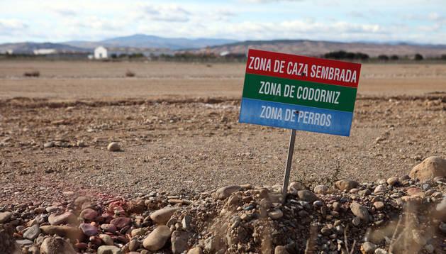 Imagen de una de las placas del coto de caza de Cintruénigo. Archivo