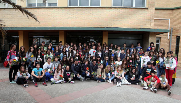Los alumnos premiados posaron juntos en la puerta de acceso al IES Benjamín de Tudela tras la ceremonia de entrega de galardones. Nuria G. Landa