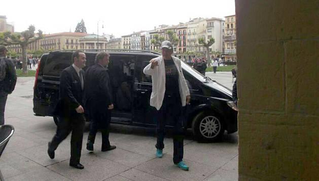 David Hasselhof, a su llegada al Hotel la Perla de Pamplona, en la Plaza del Castillo