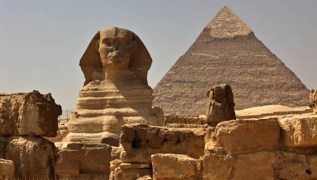 La gran esfinge de Giza junto a la pirámide de Kefrén, en Egipto