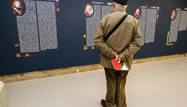Una persona, en el museo Gustavo de Maeztu.